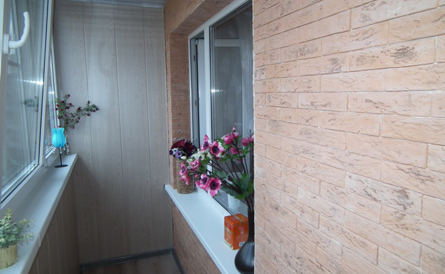 Отделка балкона панелями под кирпич.