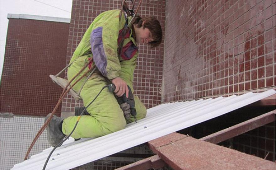 Монтаж балконной крыши на последних этажах в тюмени.